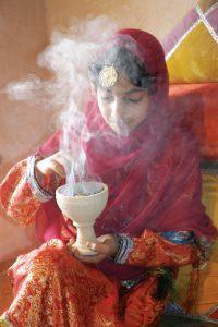 Oman bedeutet Genuss für alle Sinne. Neben den Gaumenfreuden ist der charakteristische Duft des Weihrauchs allgegenwärtig. Foto: djd/Sultanate of Oman