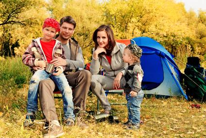 Familie vor dem Zelt