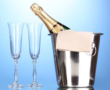 Eine Champagnerflasche und Gläser