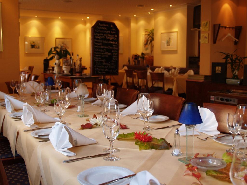 Ein gedeckter Tisch in einem Restaurant