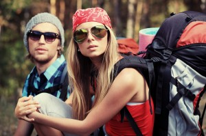 Zwei Rucksacktouristen im Urlaub