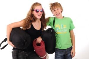 Zwei Jugendliche mit Gepäck