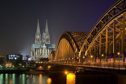 Brücke und Kölner-Dom auf einer Nachtaufnahme