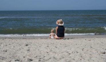 Frau mit Kind am Nordseestrand