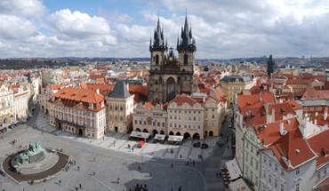 Der Artikel erklärt Prag als tolles Reiseziel.