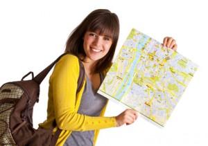 Urlauberin zeigt Landkarte