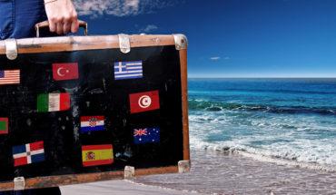 Koffer mit Landesflaggen-Aufklebern