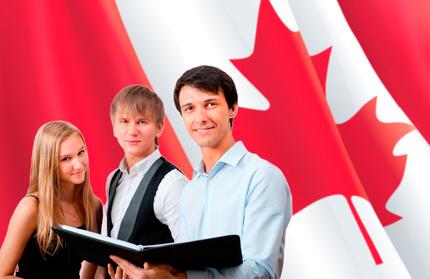 Familie vor der kanadischen Flagge