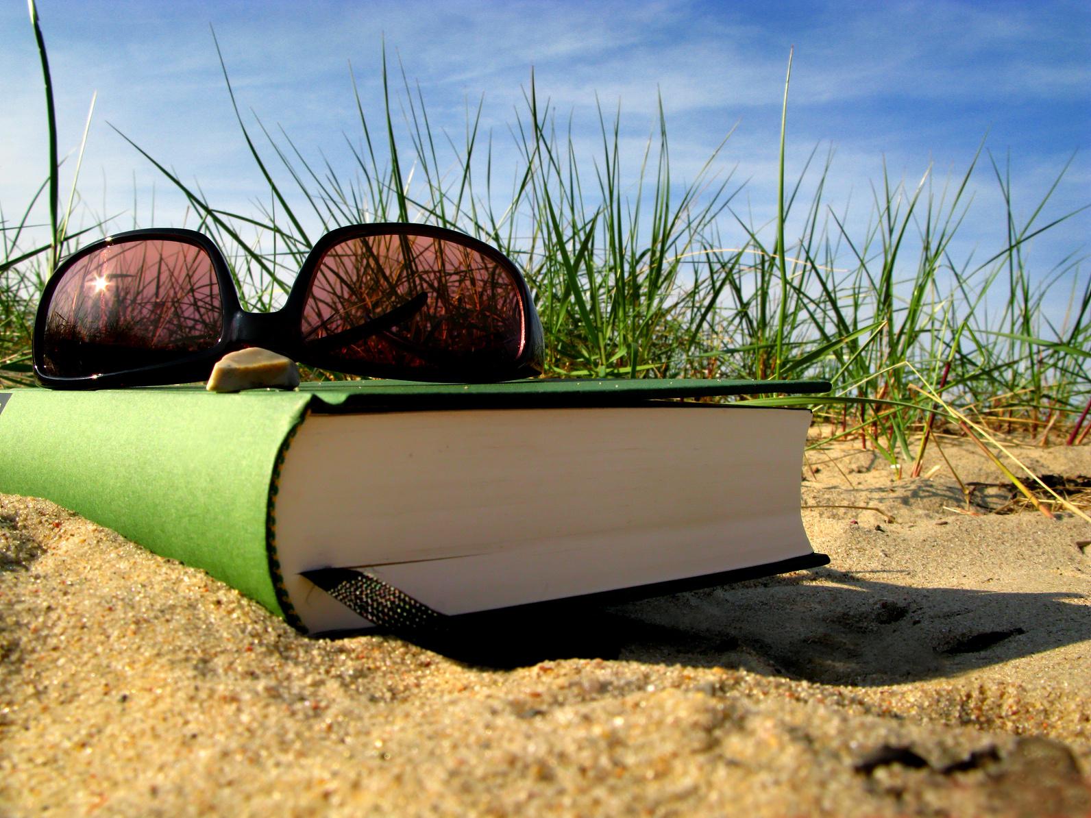 Buch und Sonnenbrille