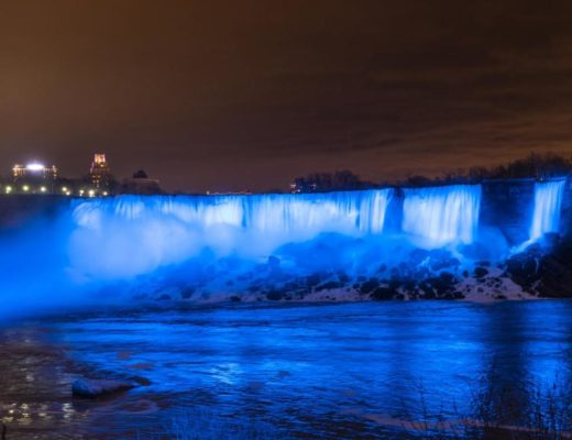 Nächtliches Lichtspektakel: Die Niagarafälle leuchten nun dank neuer LED-Technik noch kräftiger. Foto: The Niagara Parks Commission                              The Niagara Parks Commission
