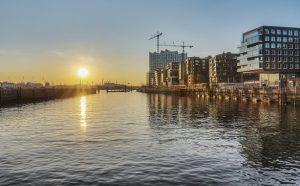 Auf der Elbe mit Blick auf die Hamburger Hafencity