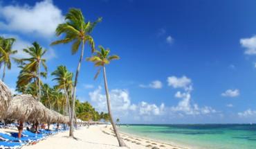 Strand mit Palmen und Liegen