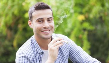 Mann raucht im Urlaub